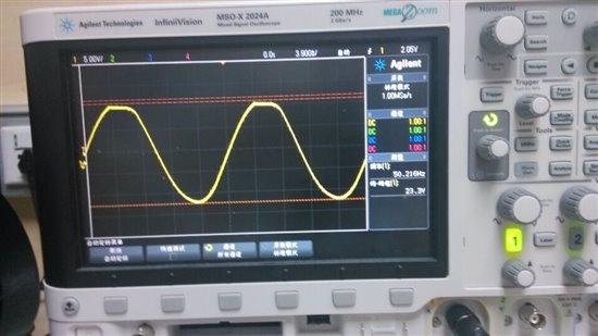 如题,我用UCC27211驱动MOS管做全桥逆变电路,SPWM波经过滤波后的输出如下图,虽然有正弦波的样子,但是波峰有很明显的失真。 本来我觉得可能是自举电容的选值不好,原来的电路使用的自举电容是104的瓷片电容,于是我换了105,然后波形如下:  虽然比原来好了一些,但波峰依然存在畸变。 想请教一下社区里的Ti员工和各路高手如何解决这样的问题?谢谢! 原理图和PCB图在下面有(PCB图中蓝色部分都是GND)。补充一些其他细节: (1)用示波器测MOS管的源端输出,发现每个MOS管的源极输出波形的升降边沿